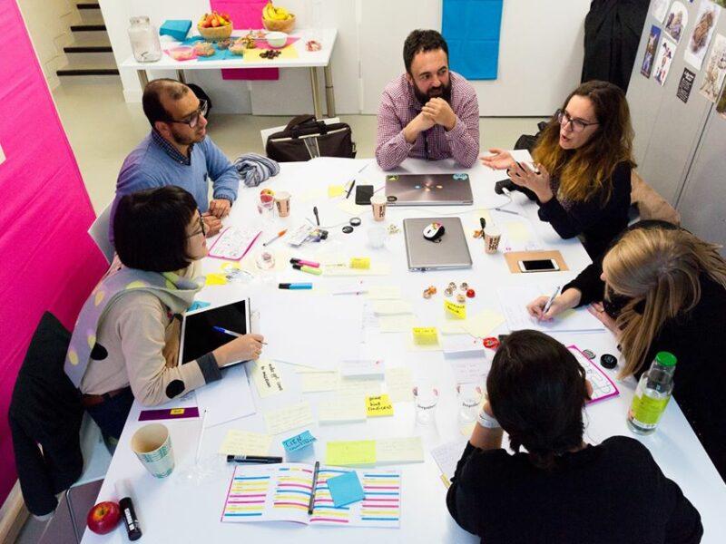 Session de brainstorming utilisant des méthodes tirés du Design Thinking lors d'un hackathon